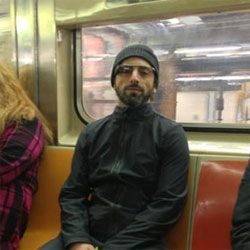 Sergey Brin no metrô com o Google Glass