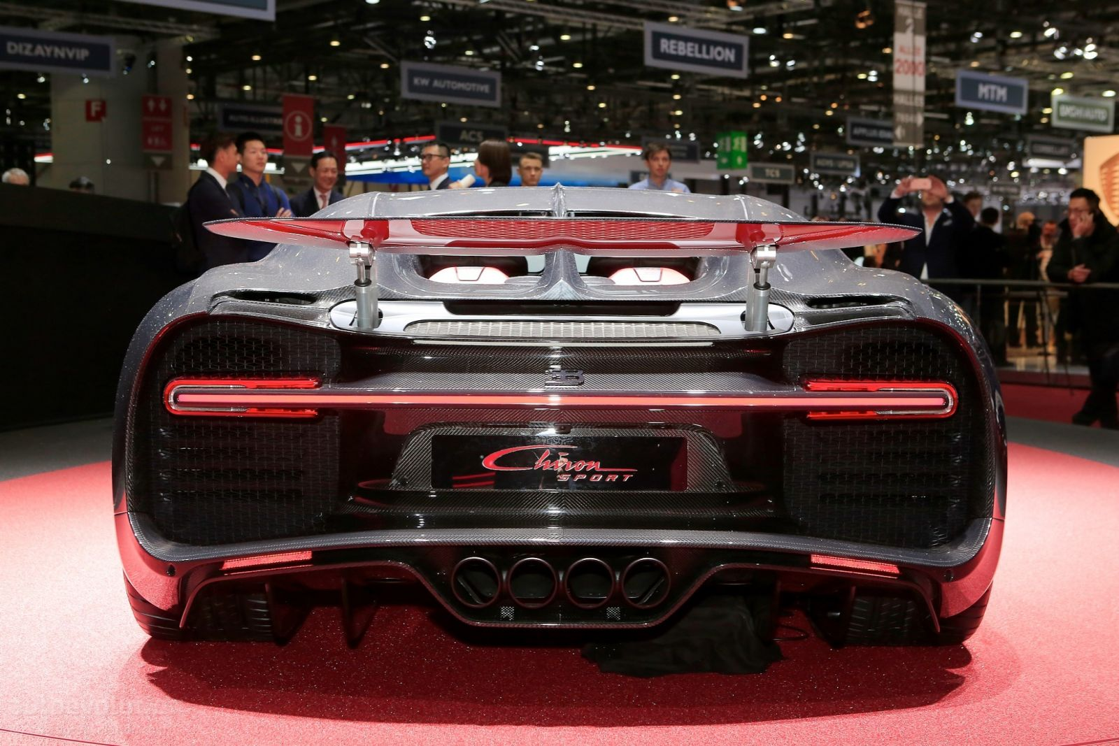 sport bugatti chiron with Bugatti Divo Hipercarro Sera Lancado Em Breve on voiture Sportive together with 2017 Bugatti Chiron First Drive Review Pictures also 2019 Bugatti Divo Pebble Beach Monterey Hypercar as well A 4244 essai Peugeot 204 Cabriolet 28 in addition Lykan Hypersport.