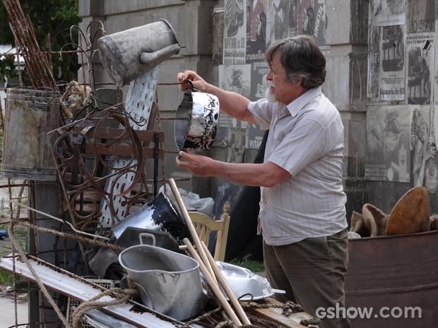 ernest lixo Resumo Novela Joia Rara Ernest vira catador de lixo