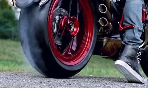 Moto da MV Agusta e Lewis Hamilton